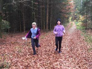 Sarah und Anne haben schon Routen gewählt und können auch die L Komponente vom Orientierungslauf anwenden